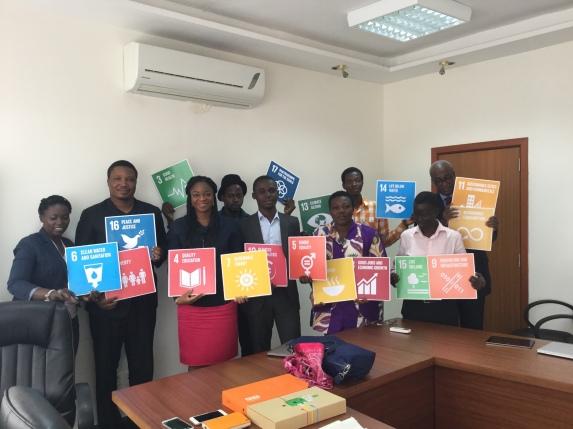 Photo avec Mme. JAMME, M. FIADJOE et certains représentants des communautés de développeurs togolaises (GDG Lomé, Minodoo, Woelab et Atull), pour la présentation des ODD 2015 de l'ONU
