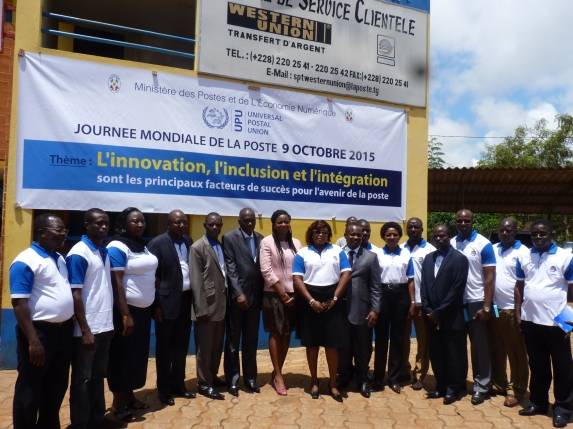 Photos avec tout le personnel du bureau postal de Tokoin, ainsi que M. Martin Kwasi, DG de la Société des Postes du Togo (SPT) et M. Abayeh Boyodi, DG de l'Autorité de Régulation (ART&P)